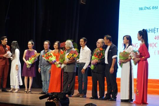 Các thế hệ nghệ sĩ trao tặng hoa cảm ơn các thầy cô đã gắn bó nhiều năm với Trường ĐH Sân khấu Điện ảnh TPHCM