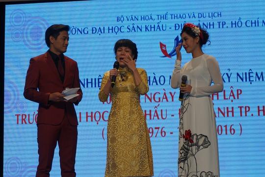 NS Việt Hương bật khóc khi nhìn thấy các thầy cô tuổi cao sức yếu vẫn yêu bục giảng, truyền đạt kiến thức làm nghề cho thế hệ trẻ