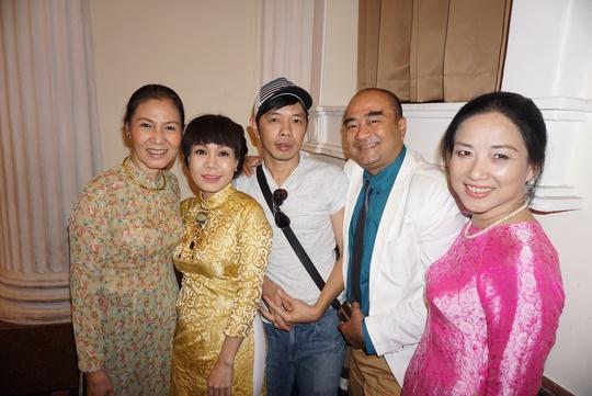 NS Việt Hương vui mừng gặp lại các đồng nghiệp và thầy cô tại Nhà hát TP