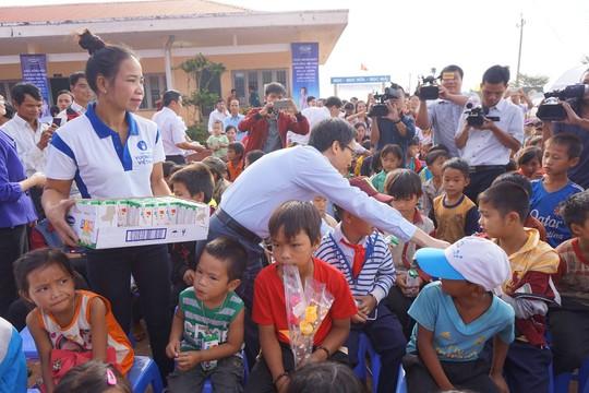 Phó Thủ tướng phát sữa cho học sinh. Ảnh B.N