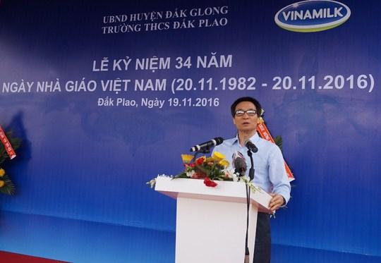 Phó Thủ tướng Vũ Đức Đam chúc mừng ngày Nhà giáo Việt Nam. Ảnh B.N