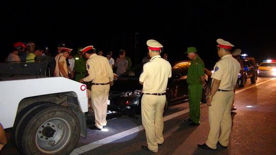Lực lượng chức năng đành phải áp giải chiếc ô tô của người vi phạm về đồn Ảnh: Xuân Mai
