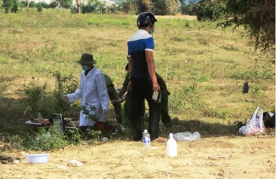 Cơ quan chức năng đang khám nghiệm tử thi - Ảnh: Vinh Nguyễn