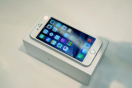 Với mức giá phổ thông, iPhone 6 có thể tạo ra một làn sóng mua sắm mạnh mẽ dịp cuối năm nay, giống iPhone 5S trước kia. Ảnh: Thành Duy.