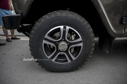 Xe được trang bị vành hợp kim nhôm kích thước 16 inch và có thiết kế 5 chấu khá đẹp mắt.