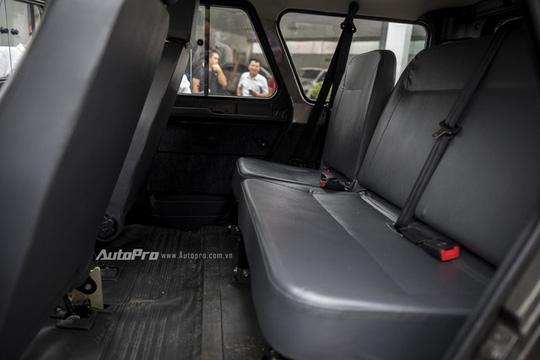Hàng ghế sau khá rộng rãi nhưng lại chỉ được bọc bằng chất liệu giả da.