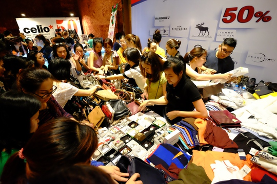 Nhiều thương hiệu thời trang, đồng hồ và phụ kiện nổi tiếng cũng góp mặt như Nike, Adidas, Michael Kors, Coach, Bonia, Guess, Valentino Creations, Levi's, Citizen, Seiko, Samsonite, Gucci, Dior, D&G,…