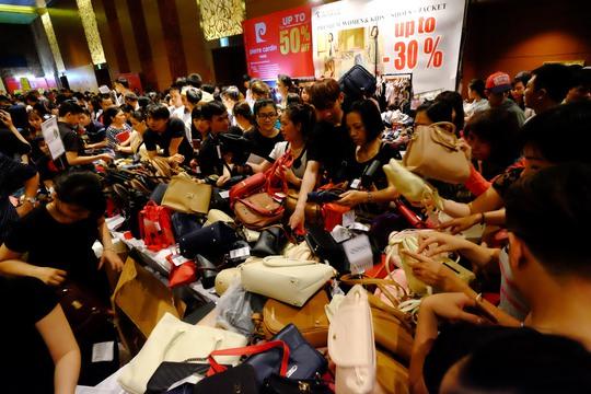 Chị Trang (ngụ quận 4) cho biết tranh thủ giờ nghỉ trưa chị đến tham quan và mua được hai chiếc túi ALDO với giá rẻ hơn 30%