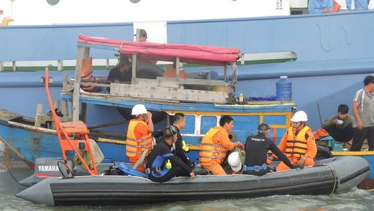 Đội thợ lặn chuẩn bị lặn tìm người