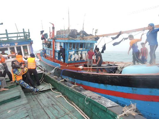 Lai dắt tàu cá bị nạn về đảo Lý Sơn an toàn