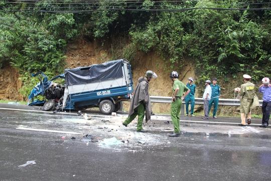 Đối đầu kinh hoàng, tài xế và phụ xe mắc kẹt trong ca bin