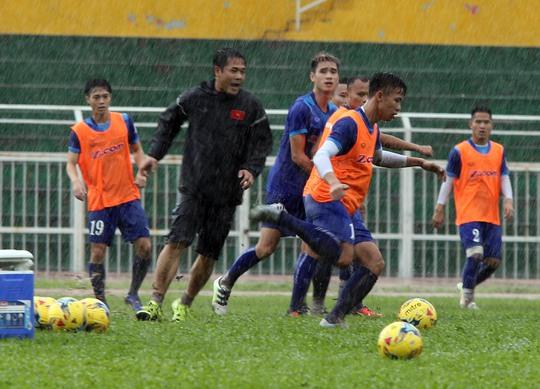 HLV Hữu Thắng tham gia thi đấu tập dưới mưa