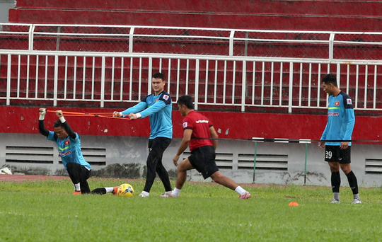 Dù mưa lớn nhưng các thủ môn cũng phải tập luyện căng thẳng với bài tập căng dây