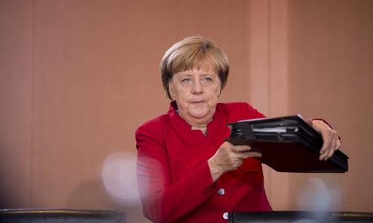 Thủ tướng Đức Angela Merkel họp nội các hôm 28-9 Ảnh: REX