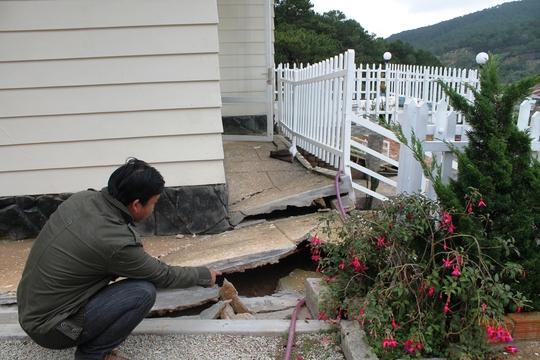 Nền nhà và móng nhà bị biến dạng so với hiện trạng ban đầu.
