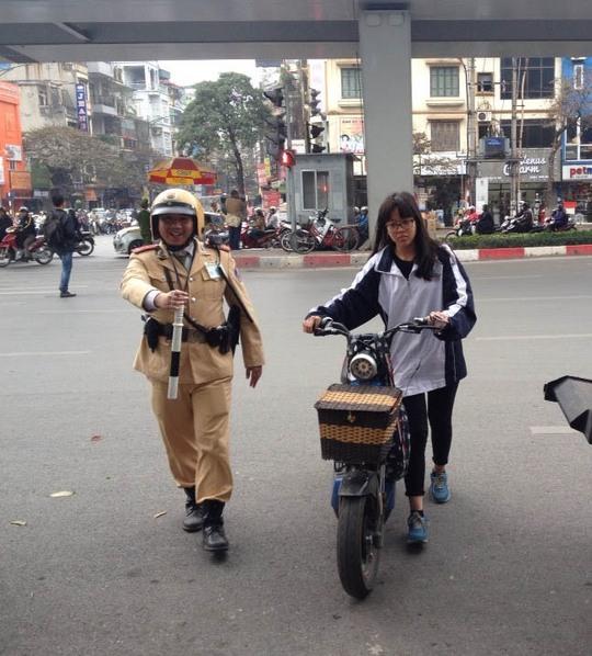 CSGT Hà Nội xử phạt người vi phạm trật tự an toàn giao thông Ảnh: Nguyễn Hưởng