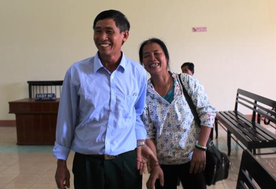 Vợ chồng ông Tống Văn Thọ vui mừng sau khi tòa tuyên án