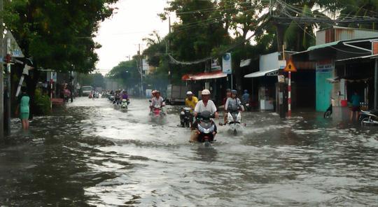 Đường Nguyễn Văn Cừ bị ngập sâu nhất với gần 1m nước nên đa số xe gắn máy đi qua đây đều bị chết máy.