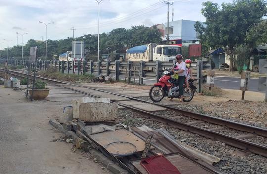 Điểm giao cắt trên đường Trường Chinh (quận Cẩm Lệ, TP Đà Nẵng) không có rào chắn nên thường xảy ra tai nạn. Ảnh: Bích Vân