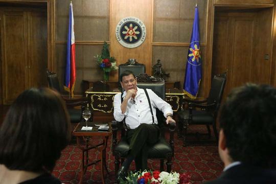 Tổng thống Duterte gặp gỡ truyền thông Nhật Bản hôm 24-10. Ảnh: Rappler