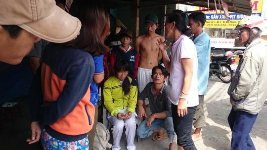 Em Hương hồi tỉnh sau tai nạn và được đưa đi bệnh viện kiểm tra ngay sau đó