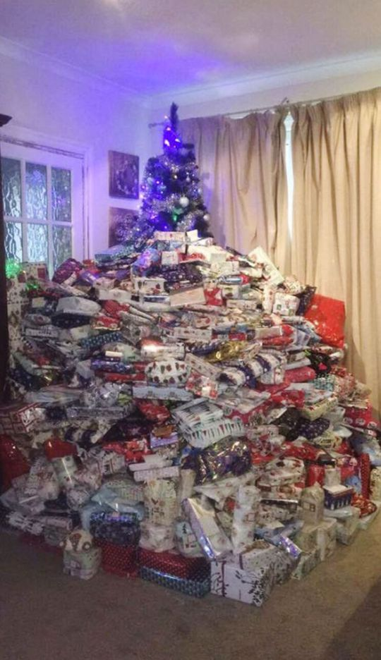 eCây Giáng sinh gần như bị che mất sau núi quà tặng. Ảnh: Facbook