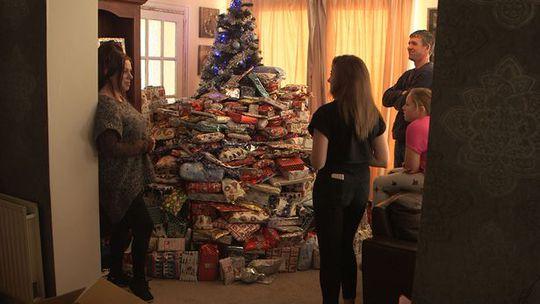 Gia đình cô Emma trong chương trình trên kênh channel 5. Ảnh: Channel 5
