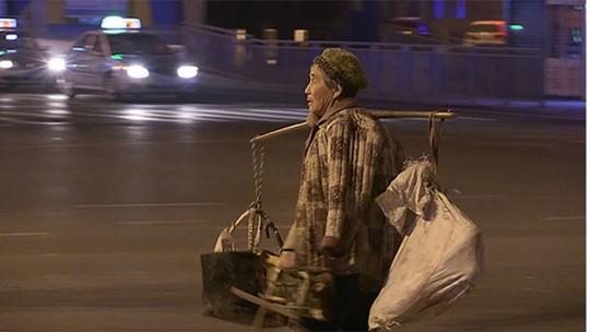 Bà Wang Guiying bán hàng ngoài đường xuyên đêm để giúp con trai mua nhà. Ảnh: SCMP