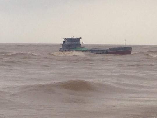 Tàu cứu hộ ra nơi tàu gặp nạn