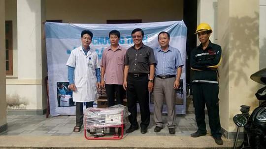 Ông Nguyễn Văn Tín (giữa), Phó Tổng biên tập Báo Người Lao Động trao máy phát điện cho xã Văn Hóa (Tuyên Hóa, Quảng Bình)