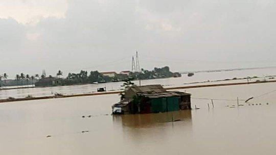 Nhà của một hộ dân ven sông Gianh bị ngập đã kịp sơ tán người trong đêm (ảnh chụp sáng 31-10)