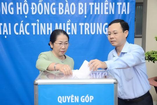 Phó Bí thư Thành ủy TP HCM Võ Thị Dung và Chủ nhiệm Ủy ban Kiểm tra Thành ủy Nguyễn Văn Hiếu đóng góp ủng hộ đồng bào bị thiên tai tại các tỉnh miền Trung. Ảnh: Bảo Ngọc
