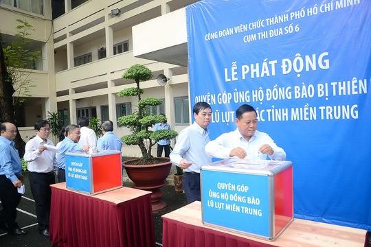CB-CNV các Ban Đảng của Thành ủy TP HCM ủng hộ đồng bào vùng lũ. Ảnh: Bảo Ngọc