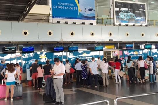 Khách làm thủ tục tại sân bay Nội Bài - Ảnh minh họa