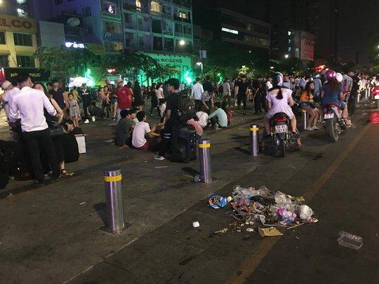 Rác tạo thành đống ở phố đi bộ Nguyễn Huệ