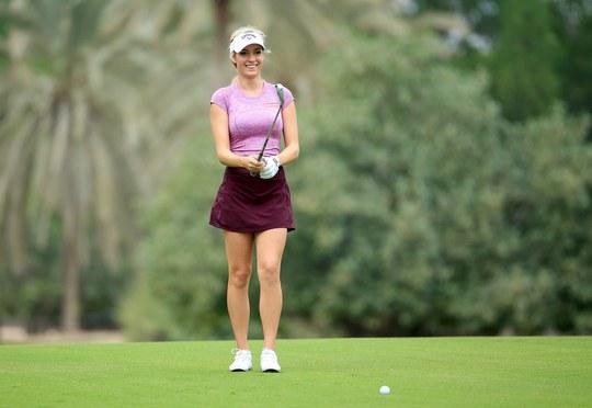 Xem người đẹp golf trổ tài đánh bóng vào ly