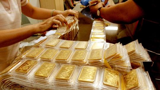 Nhiều người nắm giữ vàng đang băn khoăn không biết nên bán hay tiếp tục giữ sau mấy tháng giá liên tục giảm.