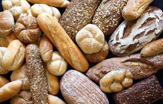Lót dạ với bánh mì hoặc thực phẩm nào đó chỉ có tác dụng khi bạn uống 3-4 ly rượu. Ảnh: Prevention.