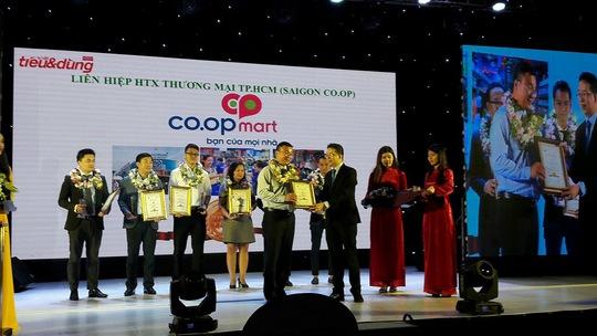 """Ông Võ Hoàng Anh – Giám đốc Marketing Saigon Co.op thay mặt đơn vị nhận giải thưởng """"Top 10 sản phẩm Tin & Dùng Việt Nam năm 2016"""""""