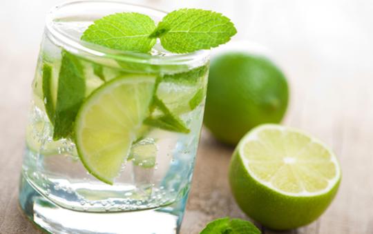 Nước chanh giúp kích hoạt sự trao đổi chất, hỗ trợ giảm cân hiệu quả. Các chuyên gia khuyên mọi người hãy bắt đầu ngày mới của bạn bằng một ly nước chanh ấm, có thể pha thêm chút mật ong cho dễ uống.