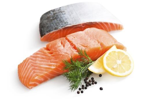 Nghiên cứu cho thấy 100 g cá hồi Alaska có 185 calo, 26 g đạm protein và 8 g chất béo. Ăn cá hồi giúp bạn no lâu và không bị cảm giác thèm ăn vặt.