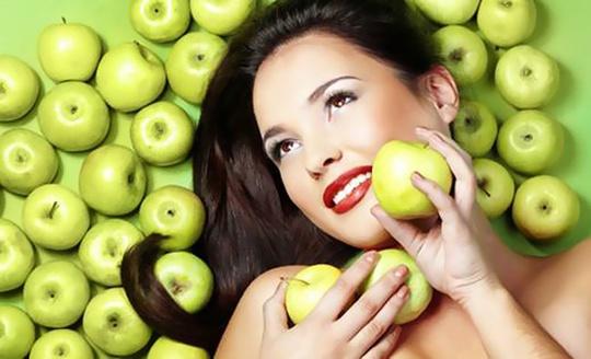 Táo rất giàu chất chống oxy hóa và dinh dưỡng thực vật có khả năng chống lại các gốc tự do vốn là nguồn gốc gây ung thư. Táo cũng có nhiều vitamin và chất xơ giúp bạn bớt cảm giác đói, hỗ trợ giảm cân hiệu quả.
