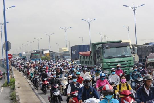 Cảnh ùn ứ nghiêm trọng trên xa lộ Hà Nội do ảnh hưởng từ vụ tai nạn