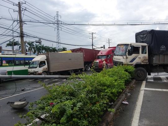 Hàng ngàn phương tiện chịu cảnh ùn ứ khi lưu thông qua hiện trường vụ tai nạn
