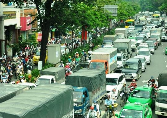Hàng ngàn phương tiện xếp hàng dài trên trục đường Trường Sơn - Trần Quốc Hoàn trưa 10-12