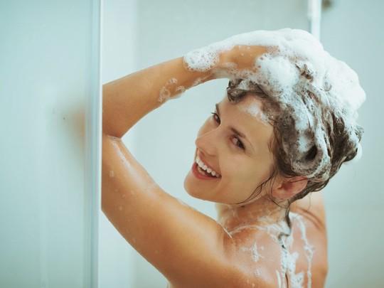 Đừng để bị đột quị chỉ vì thói quen tắm đêm, gội đầu tối