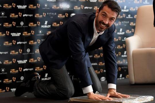 Buffon in dấu vân tay lên bảng thành tích ở Monaco