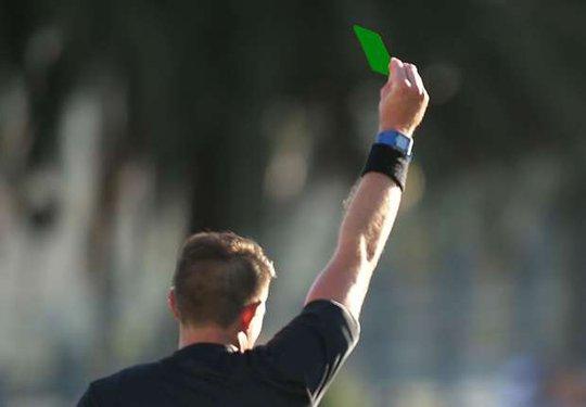 """Cầu thủ đầu tiên """"bị phạt"""" thẻ xanh"""