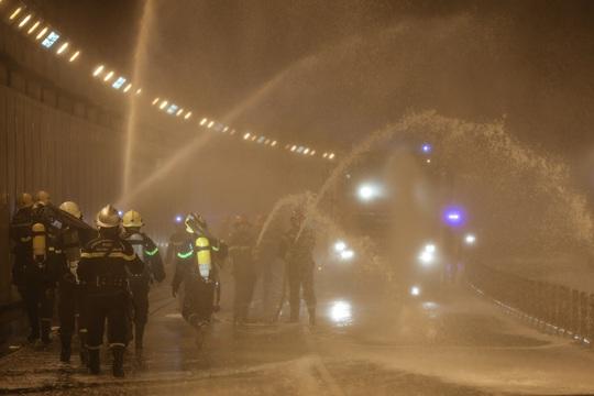 Dù mưa tầm tã nhưng các lực lượng vẫn nghiêm túc thực hiện diễn tập PCCC cứu nạn – cứu hộ theo phương châm 4 tại chỗ: Chỉ huy tại chỗ, lực lượng tại chỗ, phương tiện tại chỗ,vật tư hậu cần tại chỗ.