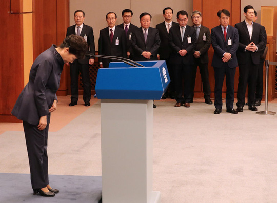Tổng thống Park Geun-hye cúi đầu xin lỗi trên truyền hình hôm 25-10. Ảnh: Yonhap